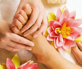 お客様の宿泊先やホテル、ご自宅に女性セラピストが出張し、アロママッサージ(オイルマッサージ)を施します。またリンパマッサージは、血行が促進されて、むくみの解消や冷え性が改善が期待できます。出張の疲れやストレス、疲労回復、快眠のためのマッサージなど幅広く受け付けておりますのでお気軽にご利用ください。